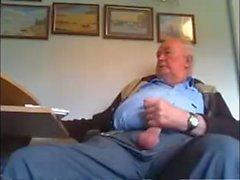 Papá británico acariciando la polla sin cortes en la cámara