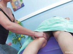 Lesbische Massage mit Britney und Charley