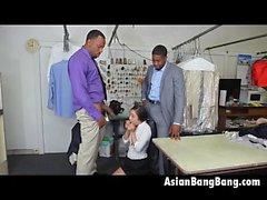 Asian Beauty Mila Jade Sucking Deux Dinks Dark dans les nettoyeurs