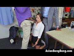 Dinks Asian Beauty Mila Jade Chupando os dois escuros em produtos de limpeza