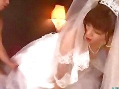 Chica asiática en del vestido de boda follada por de 2 Guys Faciales Sobre La Cama De La Roo