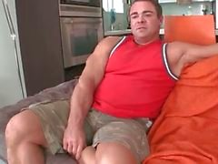 Gespierde gay bear zuigt grote zwarte homo part1