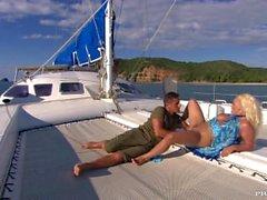 Jemstone é in uno yacht che guida una grande cazzo prima di essersi fatto fare un del viso