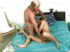 Mooie tiener neuken met lelijke geile opa