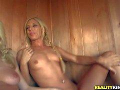 Georgia Jones erhält Vergnügen mit den Mädchen zu die Sauna