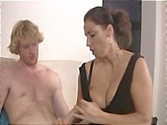 MILF Stacie Starr en Keegan Monroe geeft deze kerel een mooi handjob