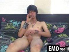 Prachtige emo slechte jongen rookt een sigaret terwijl hij streelt zijn dic