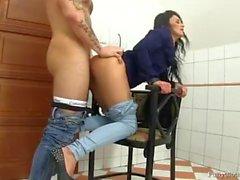 Grande sesso sulla sedia in bagno