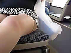 Meisje knipperende tan kousen en schedel slipje in bus