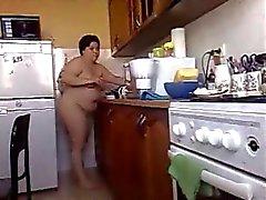 BBW morena novia cocina comida desnudo en su casa