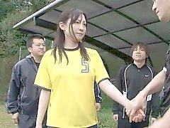 Petit enfant de soccer joli attend pour la receviez