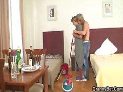 Очистка женщину получает что ее киска заполнены жестких мясе