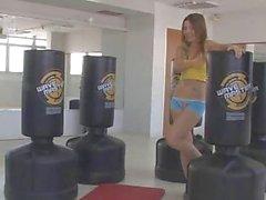 Emily 18 taquiner au salle de fitness