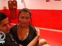 Thailändsk tjej Lyft och bär