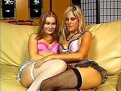 Sexy blonde hoer likt haar vriendinnen kutje op de bank
