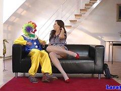 Reife aufgestockte Dame fährt Clown-Hahn