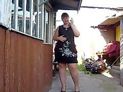 Cute fat girl, fuma y muestra su coño gordo y peludo