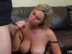 Big Tit Babe Abbey Brooks bekommt ihre Cunny gepumpt und schmeckt Hahn