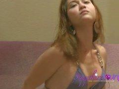Sapphire jeune en bikini violet