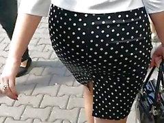 MILF caliente caminando en falda ajustada y tacones altos