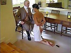 Парень наказывает своего горничная