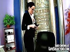 Stelen secretaris wordt bruut gestraft door woedende baas