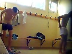 Kaksi lämmintä pojille alastomana Lockerroom