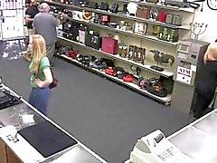 Dueño de la tienda llega una muestra de señora en el coño hojas verdes