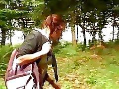 Studentessa Busty viene avvitata nel bosco