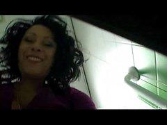 Даника Коллинз (Донна Амброуз) в общественном туалете