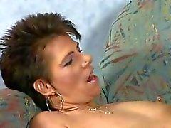Сексуальная зрелая телка Пьет Моча