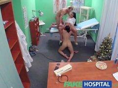 Falso Hospital enfermeira sexy junta-se o médico eo aspirador para threesome