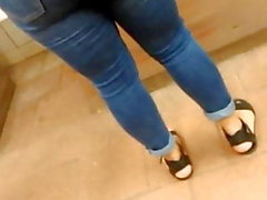 Эта задница так хорошо выглядеть в этих джинсах