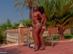 Natalia de Forrest et les de Ashley Bulgari a satisfaire leurs veut des lesbiennes à l'extérieur