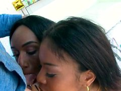 Nia y Ashley deepthroat un gallo blanco