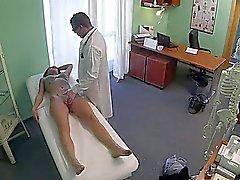 Bailarín del polo aturdimiento jodido por un médico en el hospital falsos