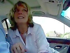 Rijpe secretaresse cheats met haar baas op de auto