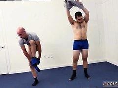 Italia hombres sexo gay follando ¿El yoga desnudo motiva más de
