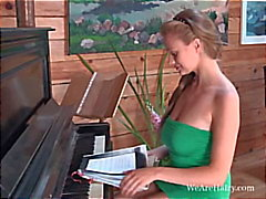 Claire G är ett bra piano player