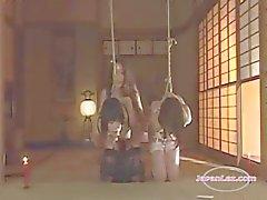 2 Slave asiatiska flickor Bondaged Fucked med Strapon torteras med heta vax av älskarinna I The Roo