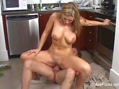 Erittäin sexy Avy Scottille joutuu naulattu keittiössä