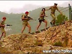 Verschrikkelijk Italiaanse ragamuffins met onvergelijkbare growlers krijgen het op met een aantal soldaten