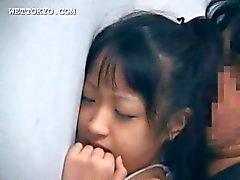 Aziatische schatje kutje genageld van achter tegen de muur