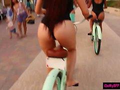 Beach cyklister erhållande avsugning och skruvas fast efter ett har tur killen