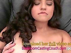Squirting Anal Teen Loving Cums en sofá de fundición