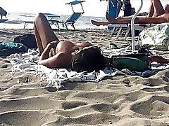 Sexy italienische Milfs topless Sonnen