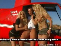 Dos horny sluts exterior en de un helicóptero obtienen mamada