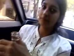 indian girl dà pompino in automobile