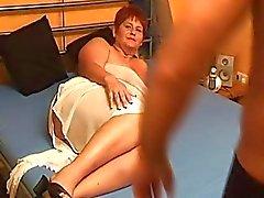 Mollige amateur vrouw zuigt en neukt met klaarkomen