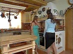 Натурель Lesbians в кухне